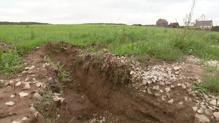 Двух рабочих засыпало землей в Красноярске
