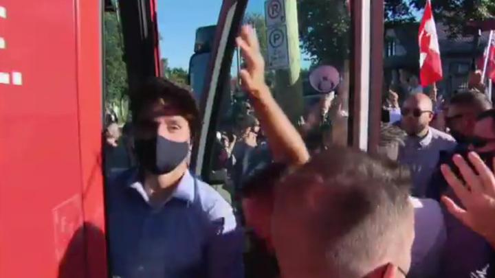 Автобус премьер-министра Канады забросали камнями