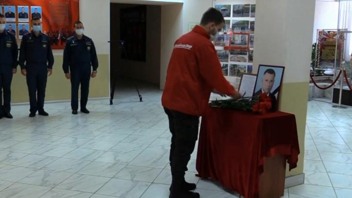 Жители Смоленска несут цветы к стихийному мемориалу погибшему главе МЧС