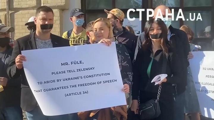 В Киеве журналисты провели акцию протеста против притеснений СМИ
