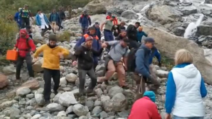 Попавших под обрушение ледника в КЧР туристов эвакуировали. Видео