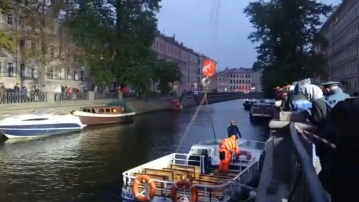 Из канала Грибоедова в Петербурге подняли подтопленный теплоход