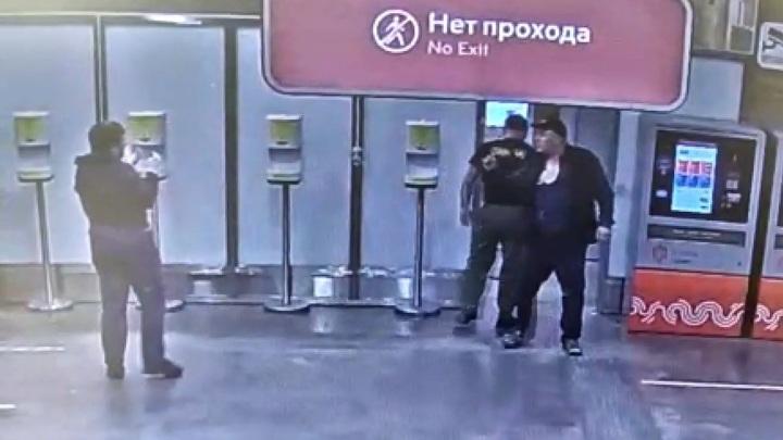 Двое мигрантов сломали нос задевшему их в метро москвичу