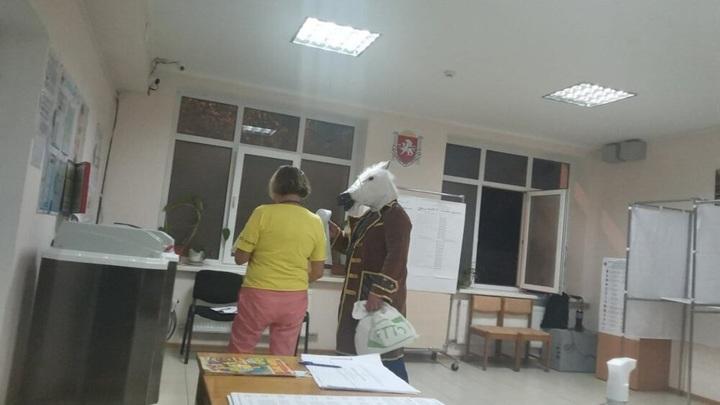 """На избирательном участке в Ялте проголосовал """"конь в пальто"""""""