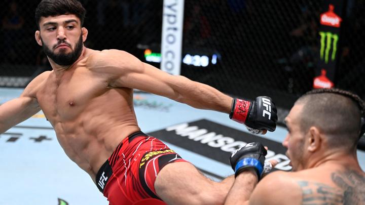 UFC. Россиянин Царукян нокаутировал американца Гиагоса