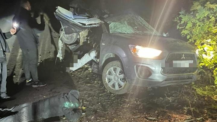 В Татарстане машину разорвало на части после столкновения с деревом