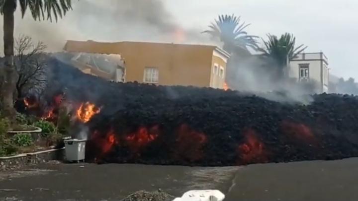 Лава на канарском острове поглотила более сотни домов. Видео