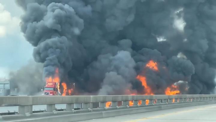 В штате Луизиана из-за горящего грузовика перекрыли трассу