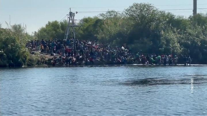 Губернатор Техаса попросил Байдена ввести режим ЧС из-за миграционного кризиса