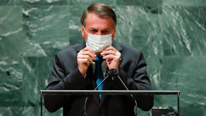 Президента Бразилии могут обвинить в массовых убийствах из-за ситуации с COVID-19