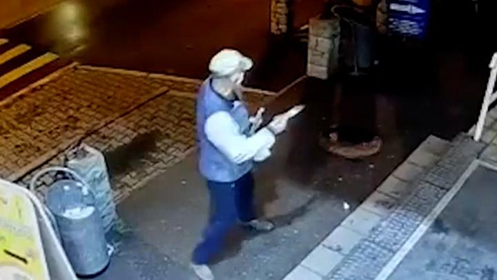 Мужчина с внушительным ножом напал на подростков