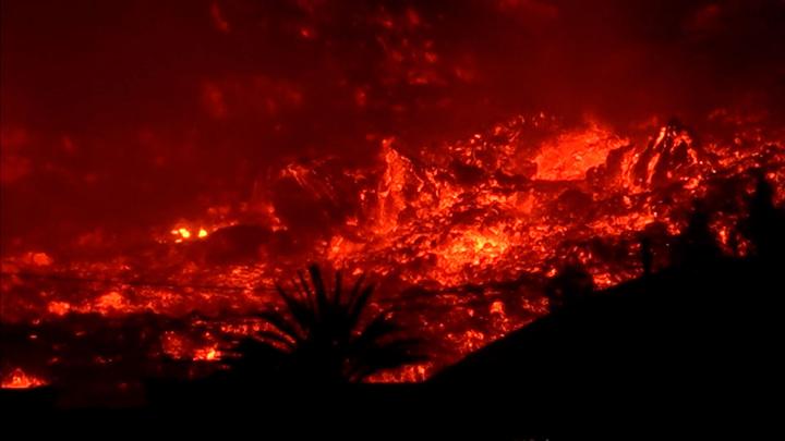 Страшно красиво. На Канарах извергается вулкан Кумбре-Вьеха