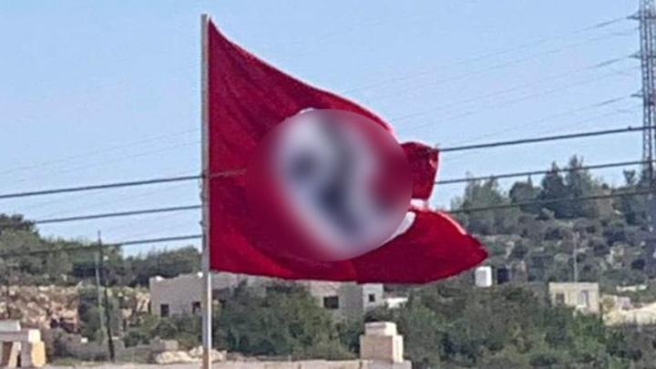 В районе Хеврона неизвестные водрузили флаг со свастикой