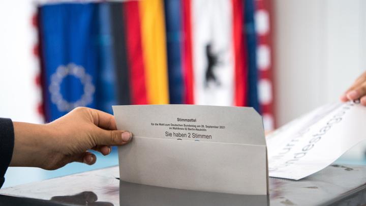 В Берлине не хватает бюллетеней, а явка на выборах снизилась