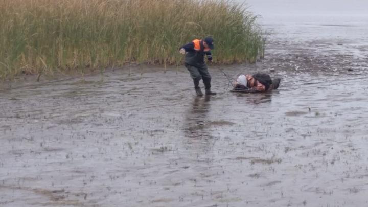 Спасатели вызволили мужчину, застрявшего в иле на Каме