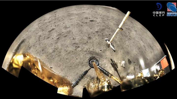 """Панорамное изображение, сделанное """"Чанъэ-5"""" после сбора лунного материала."""