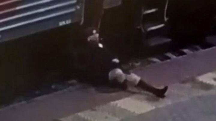 Пьяный пассажир сломал ногу проводнице поезда