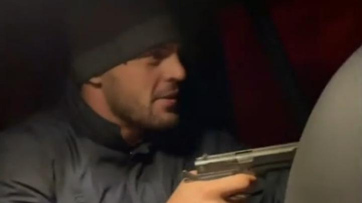 Олимпийский чемпион с друзьями поохотился на зайца из пистолета. Видео