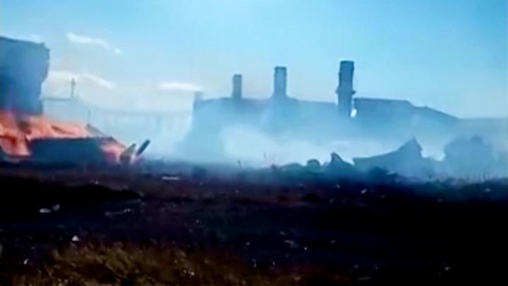 Несколько жилых домов горят в поселке на Камчатке