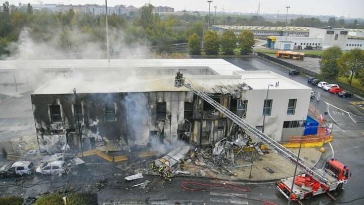 Самолет врезался в здание на юго-востоке Милана