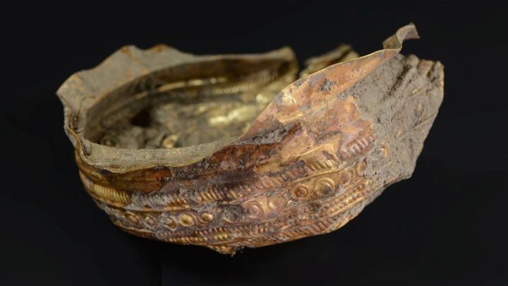 Чаша выполнена из тонкого листа драгоценного металла.