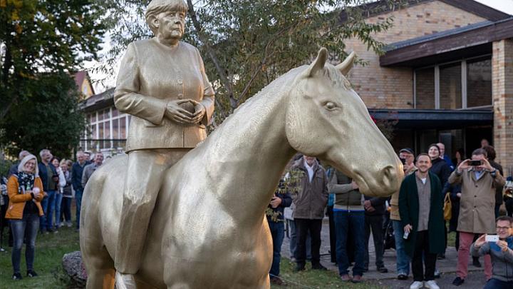 Скульптор изваял Меркель верхом на лошади