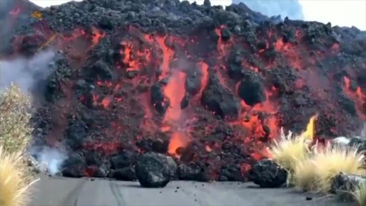 Вулкан заваливает Пальму глыбами размером с трехэтажный дом