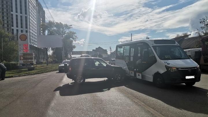 В Воронеже внедорожник врезался в маршрутку с пассажирами