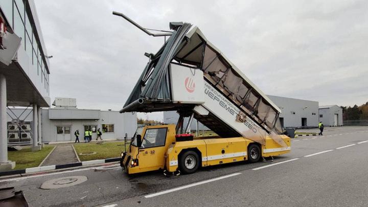 В Шереметьеве пассажирский трап врезался в терминал