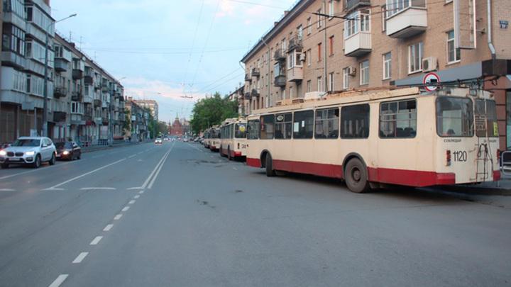 В Челябинске в дверях троллейбуса зажало пожилую женщину