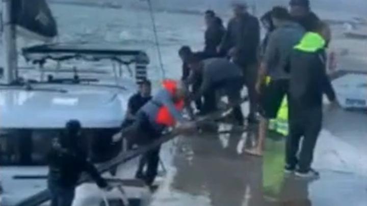 Опасная высадка россиян на берег Греции в шторм попала на видео