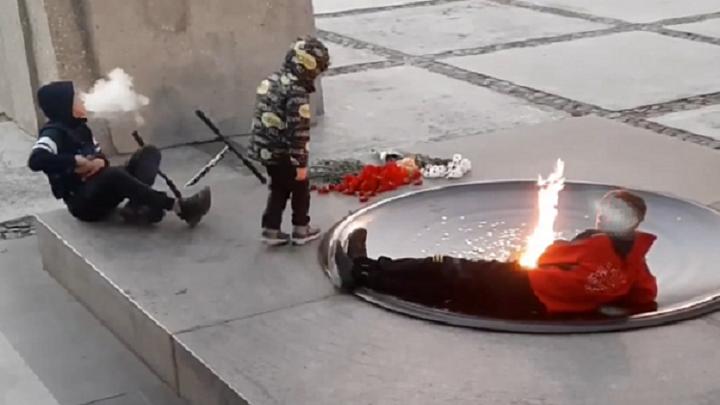 """В Новосибирске нашли детей, устроивших """"чил"""" у Вечного огня"""