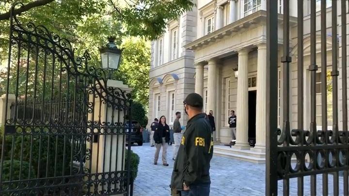 NBC опубликовал кадры, снятые у дома Дерипаски во время обысков