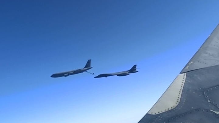 Российские истребители сопроводили бомбардировщики США над Черным морем