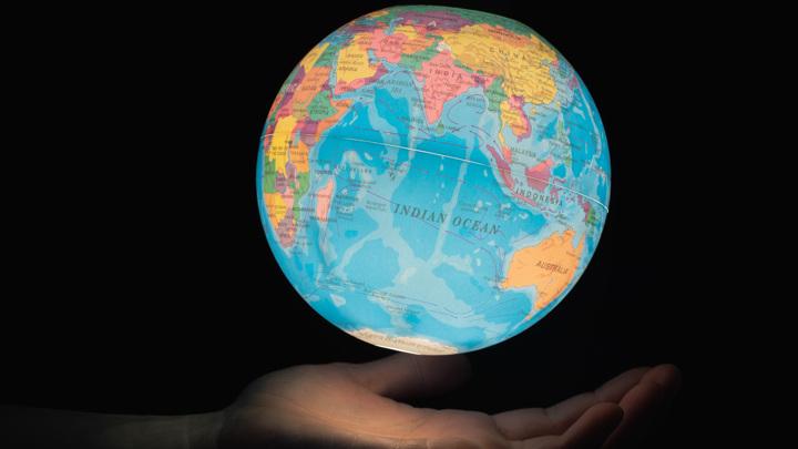 Истинное блуждание полюсов может иногда наклонять целые планеты и луны относительно их осей, но не совсем ясно, как часто это происходило с Землёй.