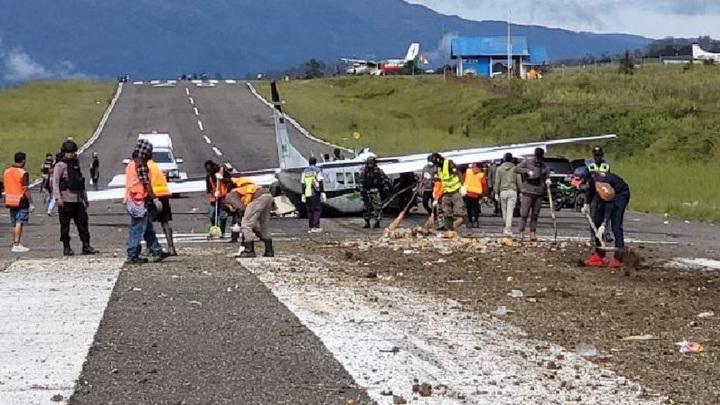 В Индонезии разбился грузовой самолет, один пилот погиб