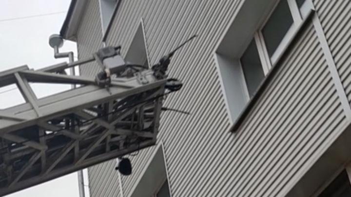 В Иркутской области запертым в квартире детям соседи спускали еду по простыне