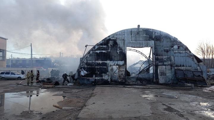 Склад с запчастями загорелся в Нижнем Новгороде