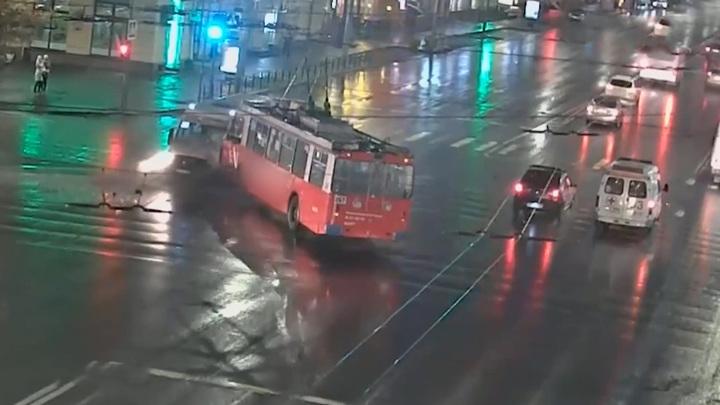 Столкновением троллейбуса и маршрутки займется омская прокуратура