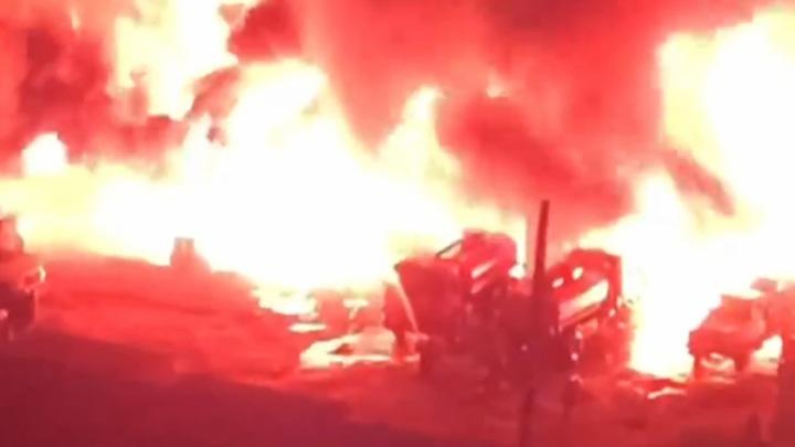 Площадь крупного пожара на воронежском складе растет