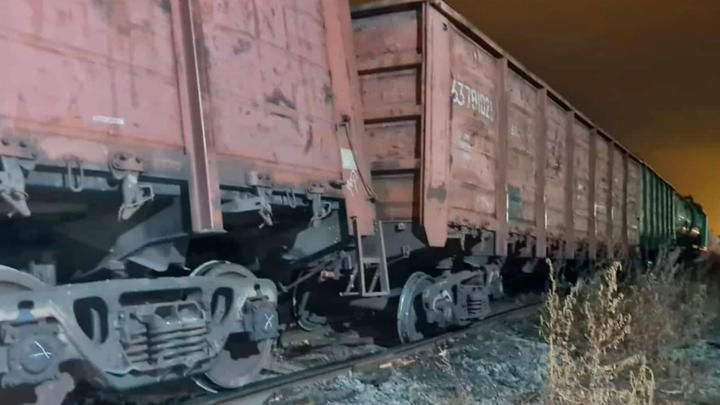 Грузовой поезд с металлом сошел с рельсов в Челябинской области