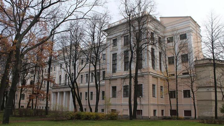 Аничков дворец со стороны Александровской площади, ноябрь 2013 года. С 1881 по 1894 годы – официальная резиденция императора Александра III, позднее – императрицы Марии Федоровны.