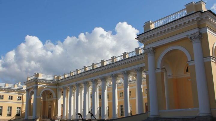 Царское Село, Александровский дворец. С 1904 года – постоянная резиденция Николая Второго. После февральской революции 1917 года здесь жила арестованная семья императора.