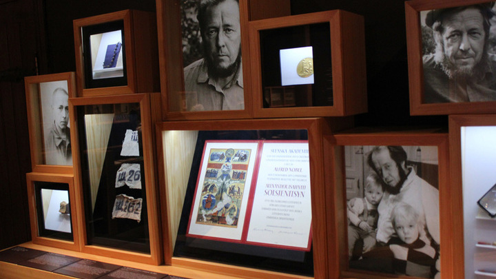 Часть экспозиции «Из под глыб: рукописи, документы, фотографии». В центре – диплом Нобелевского лауреата А. Солженицына.