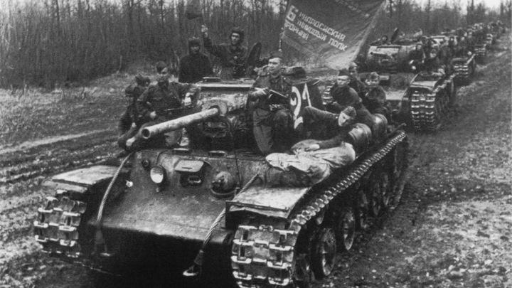 Вторая мировая война. Танки КВ-1С 6-го отдельного танкового полка прорыва перед маршем