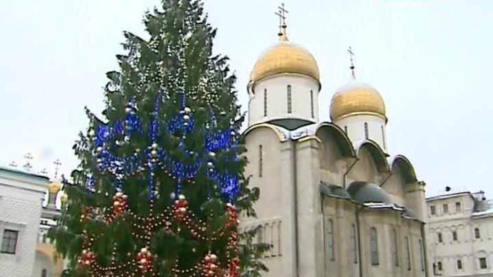 На Соборной площади Кремля установлена главная новогодняя елка страны
