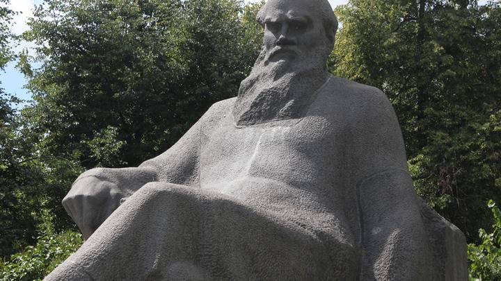 Памятник Льву Толстому на Девичьем Поле в Москве, где когда-то проходили народные гулянья вблизи усадьбы писателя.
